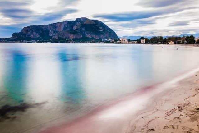 Playa de Mondello en Palermos, Sicilia, Italia